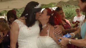 transpersoner kysser hverandre