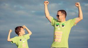 far og sønn strekker armer