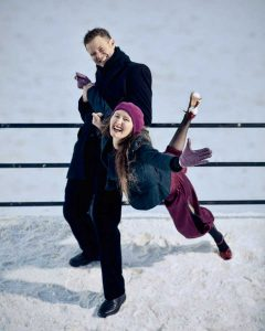 glede i parterapi, lekefulle mennesker i snøen