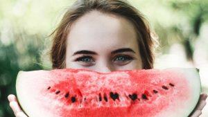 kvinne med melon