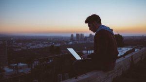 mann på tak får terapi online